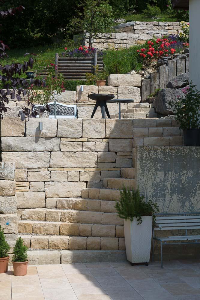treppen im garten hanglage vorgarten gestaltung gartenideen hanglage treppe natursteine kies. Black Bedroom Furniture Sets. Home Design Ideas